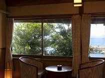 本館の和室から望む橘湾の景色。夕陽の時刻は最高の癒しタイムです。