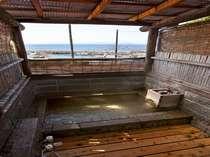 露天風呂付客室の露天風呂一例(石)。檜風呂の場合もございます。