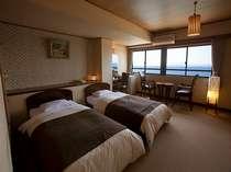別館5階の和洋室。和室10畳と2ベットのお部屋で橘湾の景色が望めます。夕陽は格別ですよ。