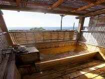 露天風呂付客室の露天風呂一例(檜)。石風呂の場合もございます。