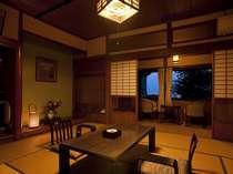 木造本館の露天風呂付客室の一部屋です。10畳の和室と4畳半の2間のお部屋です。
