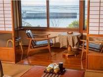 穏やかな海をみながら、窓際に座ってのんびり。忙しい日常を離れたくつろぎのひとときを<本館和室一例>