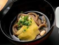 島原の郷土料理『六兵衛』。サツマイモ粉で作った麺。弾力性のある食感にほのかなサツマイモの甘みが特徴。