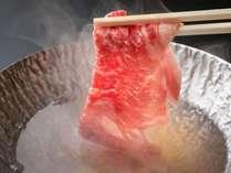 脂ののった和牛をしゃぶしゃぶで。程よく脂が落ち、口の中に入れるととろける芳醇な味わいです。