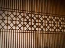 細かな建築細工に、当時の職人の心意気を感じます。(本館客室一例)