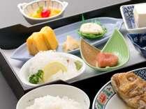 炊きたてご飯と焼魚などホッとする朝食※写真はイメージ。仕入れ状況でメニューが変わる場合もございます