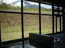 [日帰り温泉館焼走りの湯]窓の外には雄大な岩手山の景色が望めます。