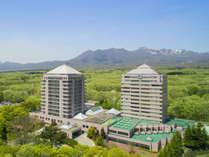 【ホテル外観】広大な森の中に聳え立つツインタワーが目印♪