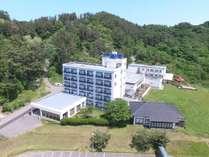 湯野浜温泉高台の自然豊かな静かな場所に建っています。