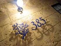 385ロゴ看板 裏玄関