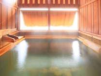 和Modern客室223の専用檜風呂。大きめの露天は2名様でもゆったりです。
