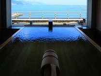 最上階にある24時間制の貸切風呂は2つ。網代湾を見渡す絶景の源泉かけ流し風呂。