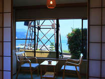温泉塔が目の前にあるお部屋。海も見え、温泉情緒も味わえます。