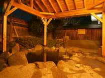 夕暮れ時の露天風呂も趣深く人気です。旅の疲れを癒してくださいね