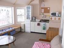 談話室 (冷蔵庫、電子レンジ、ポット、皿、コップ、洗濯機あります)