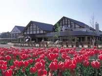 *[外観]季節の花々、鳥のさえずり、日本海に沈む夕日の絶景など自然に恵まれた当館