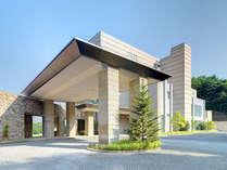 モダンな造形と自然との調和/ホテル正面外観。スタッフの笑顔とおもてなしでお客様をお待ちしております。