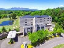 空から見たホテル全景。周りは緑一色。真っ青な空に映えます。