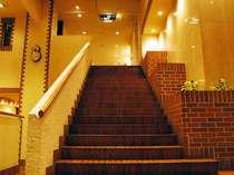 玄関からフロントへのアプローチ。どこかペンションのような親しみやすさが漂うホテル。