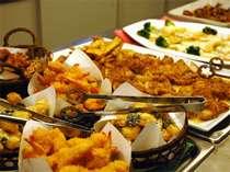 ご夕食バイキングイメージ。ラーメンやデザートなどもあります。お腹いっぱい召し上がれ!