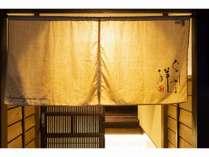 暖簾の向こうは非日常的な空間