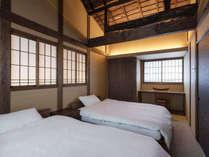 大きな梁が印象的な寝室。勾配のある天井からは時代の面影を感じることが出来ます。