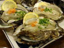 大変大きく食べ応えのある岩ガキ。味は濃厚でプリプリし、磯の香りが口いっぱいに広がります。別途料金