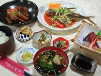 *【夕食一例】女将手作りの屋久島近海で獲れた海の幸や地元食材を使用したお料理の数々。