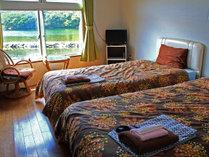 *【洋室一例】お布団よりベッド派の方に。もちろん窓からは安房川がご覧いただけます。