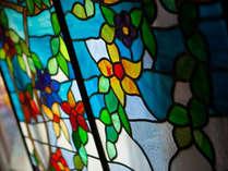 【みゆき屋】館内を彩る色ガラス。
