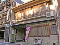 ※当館は京都駅から徒歩10分。西本願寺に程近い旅館です。