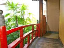 ※【2階の廊下】可愛らしい赤色の手すり。