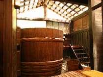 大きな大きな樽のお風呂。身体もよく温まり人気です。