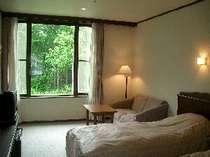 ゆとりのあるスペースとくつろぎのベッド 窓からの眺めの四季折々の自然が顔を見せてくれます。