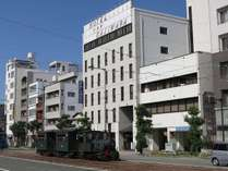 ホテル前を走るぼっちゃん電車