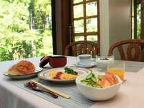 朝食の一例。胃に優しい蕎麦粥がオススメです。