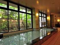 【男性大浴場】庭園を眺めながら、旅の疲れを癒せます。男性浴場のみサウナ完備(夜の部のみ)。