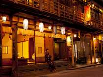 温泉街の中心部で大峯山参道に面した創業500年の日本有数の老舗宿