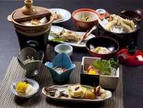 料理一例。名水で仕込んだ出来立て豆腐の湯豆腐や、山の幸が並ぶ