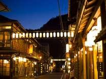 夕暮れ時の外観。提灯が灯る温泉街は是非散策して頂きたい美しさ