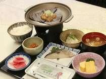 朝食(和食)は朴葉味噌をお楽しみください。(一例).