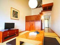【メゾネットツイ】1階部分はリビング。部屋内の階段を上って2階部分にベッド2台がございます。