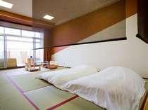 スタイリッシュな和室室内。専用露天風呂+足湯付き。