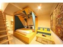 オリジナルデザインの天蓋付きベッドの洋室室内イエロー×ライトブルー