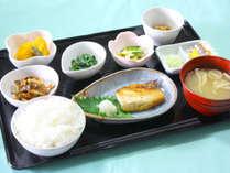 朝食一例(定番の焼き魚定食)
