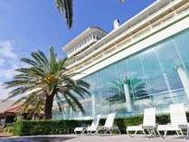 明るい日差しを浴びるリゾートホテル。南国の雰囲気を感じられるホテルです。