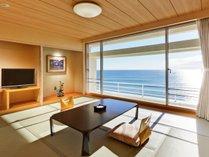 ■オーシャンフロントの和室(10畳が標準)。ゴロンと横になったまま海を眺められるお部屋。