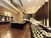 【ディナーブッフェ】約100種類の和洋料理が並びます