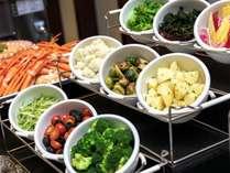 【ディナーブッフェ】サラダのトッピングは色とりどり。お好みに合わせてアレンジOK
