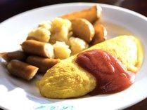 【朝食ブッフェ】できたてホヤホヤのオムレツはいかがでしょうか。ソースもいろいろご用意しております!